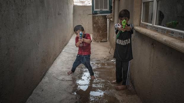 """Khairi und sein Bruder Anas (rechts) mit Wasserpistolen in den Händen. """"Die Kinder haben alles mitansehen müssen"""", sagt Jaleela"""