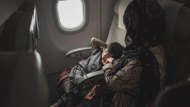 Auf dem Flug nach Deutschland muss Jaleela ihren Sohn aufheitern. Es ist eine Reise in eine ungewisse Zukunft