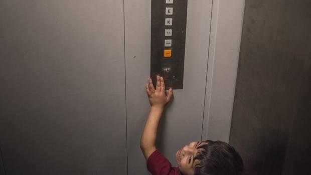 Khairi im Fahrstuhl auf dem Weg zur Psychologin in Nürnberg