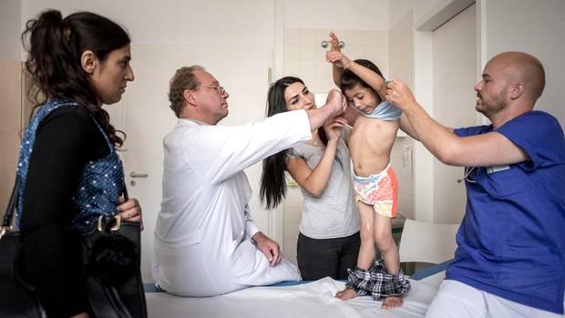 """""""Mensch, Kleiner, was haben sie nur mit dir gemacht"""", sagt der Chefarzt der Klinik, als er Khairi das erste Mal untersucht."""