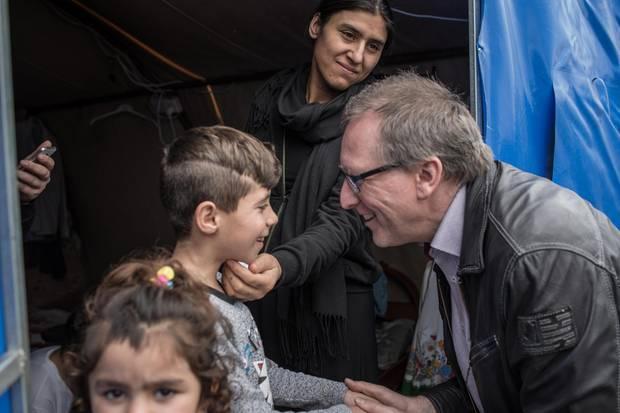 Tag des Wiedersehens: Gammel und Jaleela treffen Khairis Bruder Aysar, 8, im Flüchtlingslager im Norden des Irak