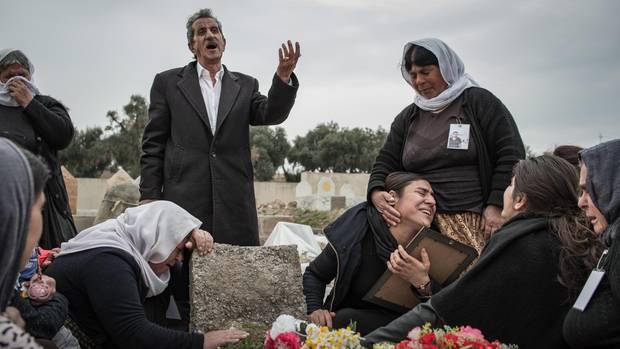Jaleela (unten, 3. v.r.) am Grab ihres Mannes Hazim. Er verstarb im Oktober 2017 mit 31 Jahren an einem Herzinfarkt
