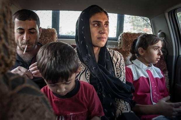 Mutter Jaleelazusammen mit ihren Kindern Khairi und Marya auf dem Weg nach Arbil. Ihr Mann Hazm begleitet sie zum Flughafen