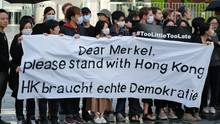 Demonstranten bringen vor dem Reichstag in Berlin