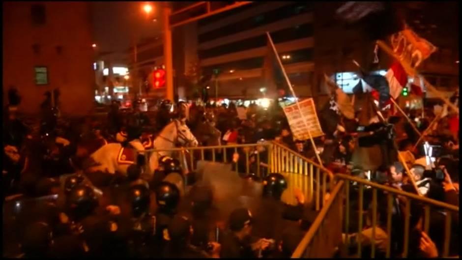 News im Video: Ausschreitungen bei Demonstrationen für vorgezogene Neuwahlen in Peru