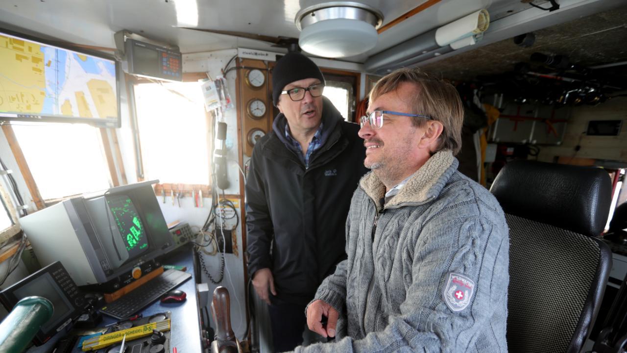 Kutterkapitän Retzlaff (vorne) im Gespräch mit BILD-Reporter Stefan Netzebandt