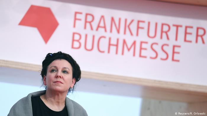 Literaturnobelpreisträgerin Olga Tokarczuk unter einem Logo der Frankfurter Buchmesse (Reuters/R. Orlowski)