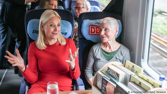 Kronprinzessin Mette-Marit(l.) und Autorin Herbjorg Wassmo sitzen nebeneinander im Zug (picture-alliance/dpa/J. Kalaene)