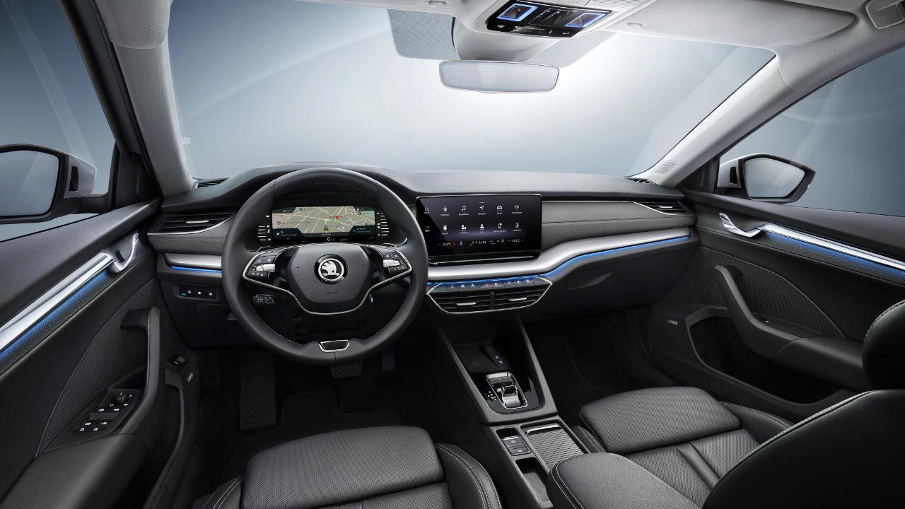 Alles neu im Cockpit: Auf Wunsch digitale Instrumente und 10-Zoll-Touchscreen in Sichthöhe. Das Lenkrad hat zwei Speichen