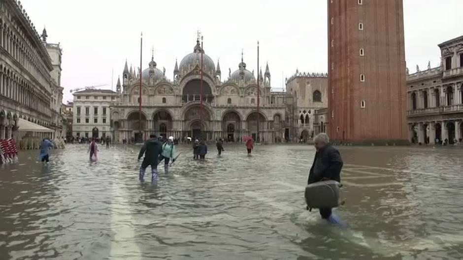 Höchster Stand seit 1966: Hochwasser in Venedig auf Rekordstand – Wassermengen sorgen für Ausnahmezustand