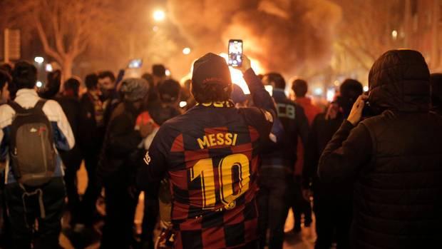 Sport kompakt: Ein Messi-Fan filmt brennende Barrikaden vor dem Stadion