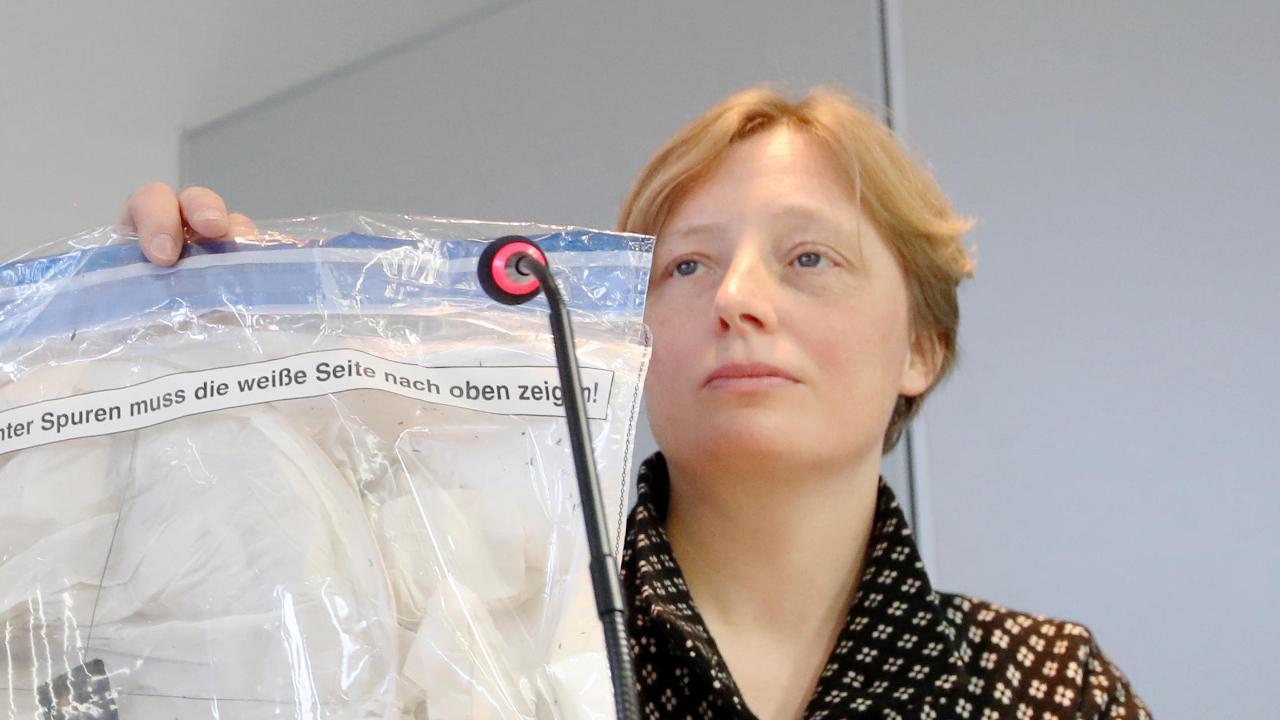 Petra Schwinn auf der Pressekonferenz zum Feuer-Drama von Krefeld. Im Vordergrund einer der gestarteten Laternen