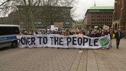 Eine Demonstration von Fridays For Future geht durch die Hamburger Innenstadt