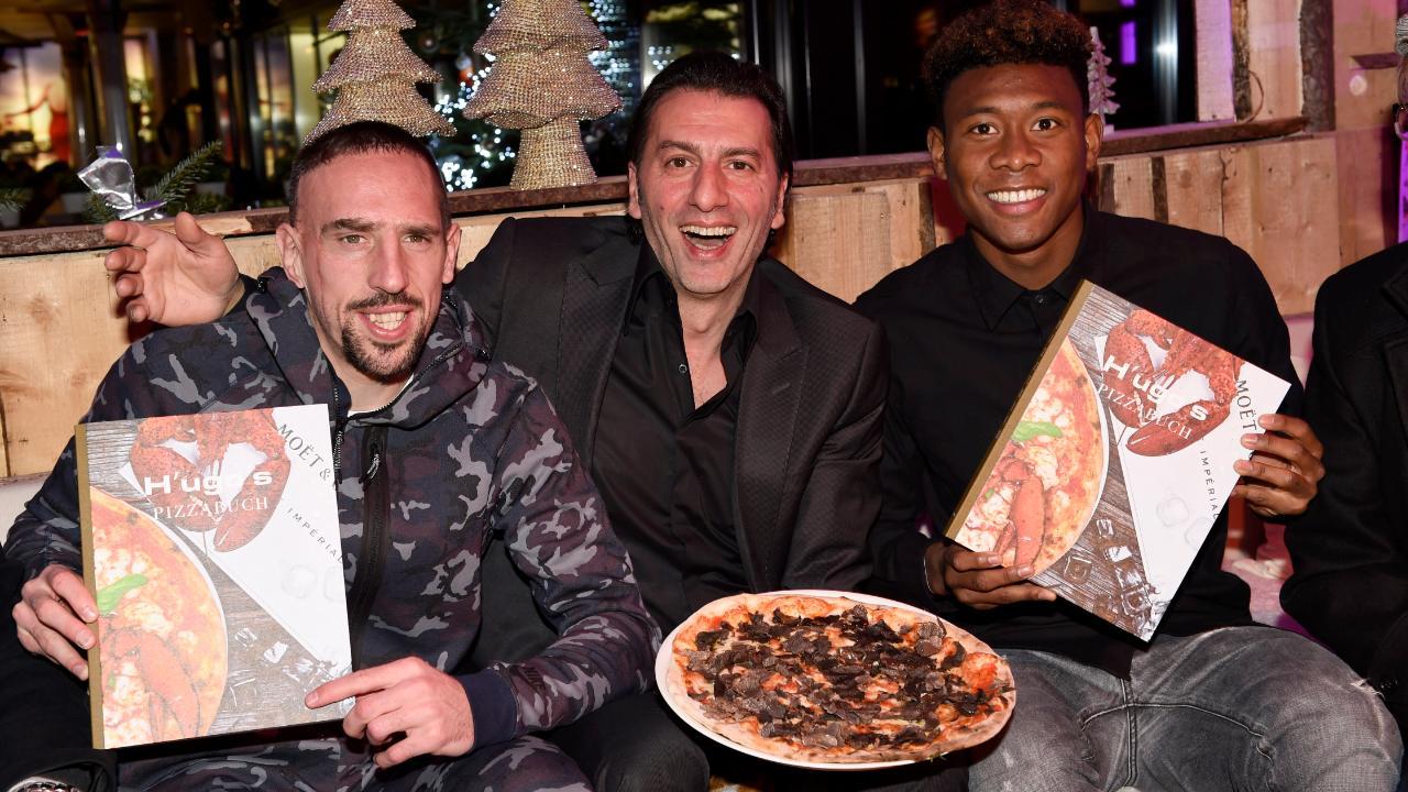 Das ,H'ugo's' ist ein Hotspot der Fußballstars. Hier posiert Crocamo mit Franck Ribery (l.) und David Alaba