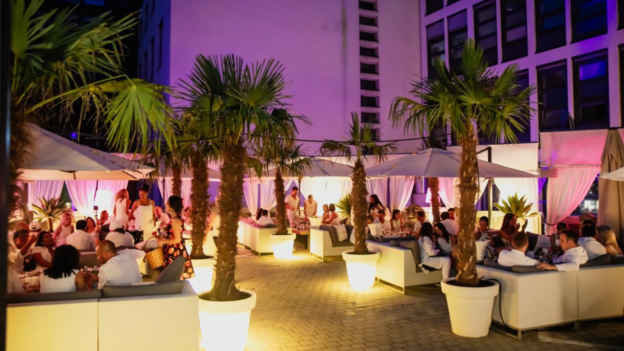 Eine der schönsten Locations in München: Die Rooftop-Bar im ,Hugo's' am Promenadeplatz
