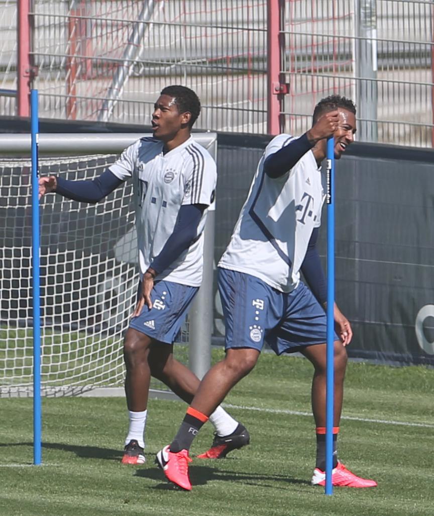 Spaß-Duo: David Alaba und Jérôme Boateng (r.) feiern ihren Trainings-Triumph