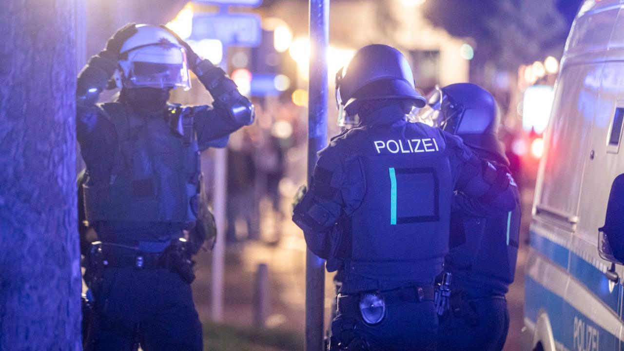 In er Nacht zum Sonntag sind in Stuttgart Randalierer auf die Polizei losgegangen