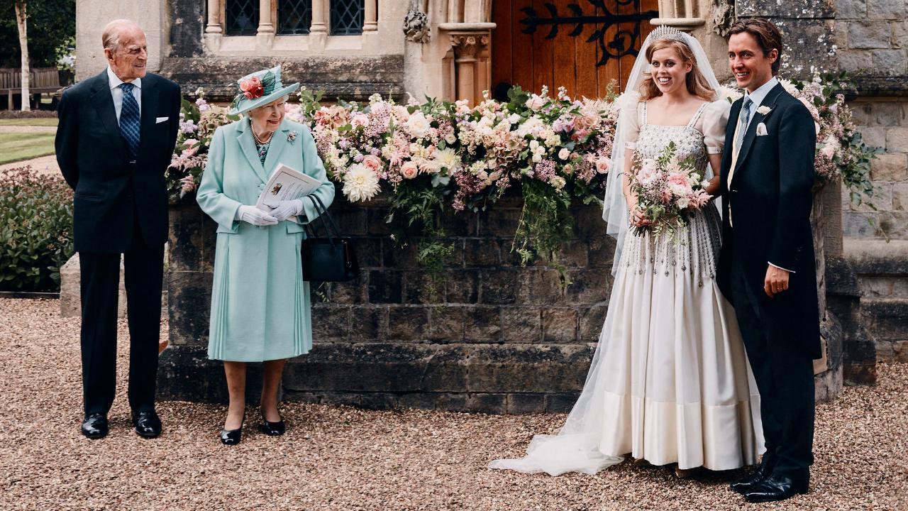 Voller Stolz: Die Queen und ihr Prinz Philip neben dem frisch getrauten Ehepaar