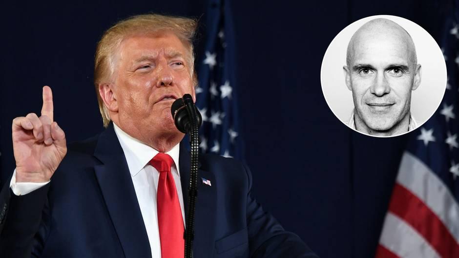 Donald Trump streckt hinter einem Rednerpult mit US-Wappen den rechten Zeigefinger mahnend in die Höhe