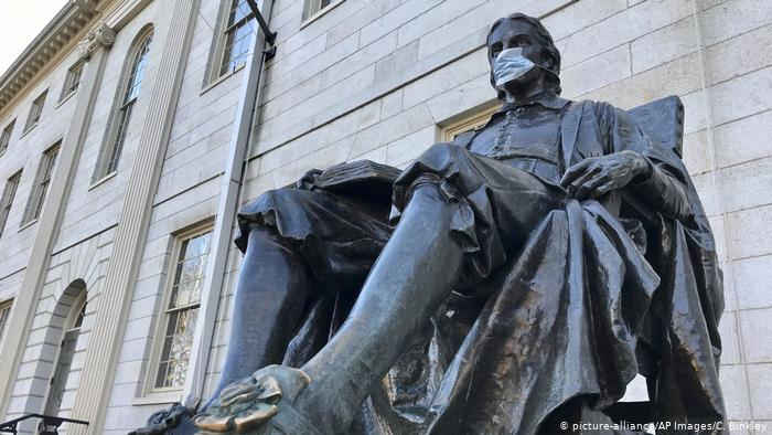 USA John Harvard-Statue mit Mundschutz (picture-alliance/AP Images/C. Binkley)