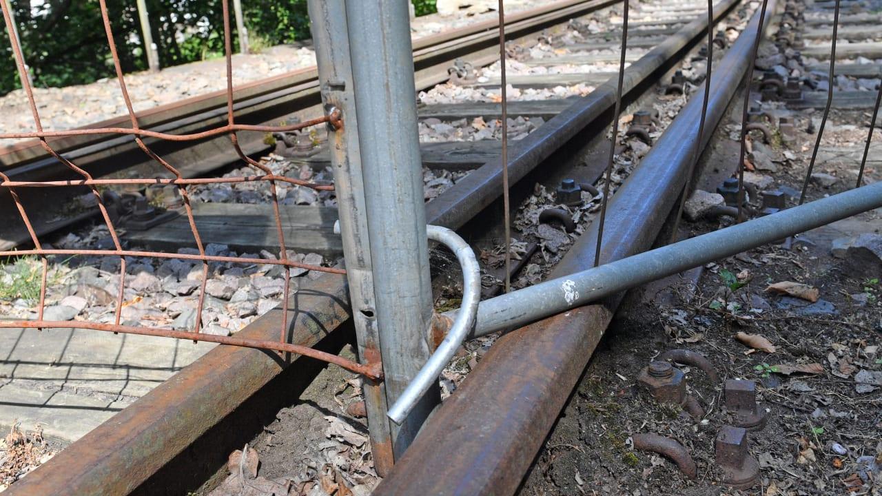 Ein Zaun unterbricht die Strecke der Muldentalbahn