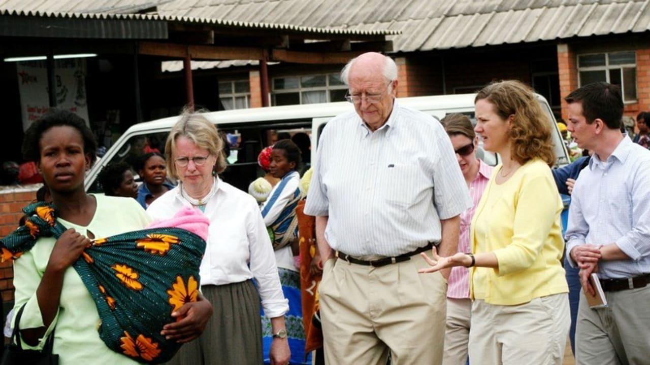 """Ein Bild aus dem Jahr 2007: WILLIAM HENRY GATES SENIOR (M.) UND EHEFRAU MIMI GARDNER GATES (L.) in Sambia beim Aufbau eines Gesundheitsprogrammes der """"Bill und Melinda Gates Stiftung"""""""