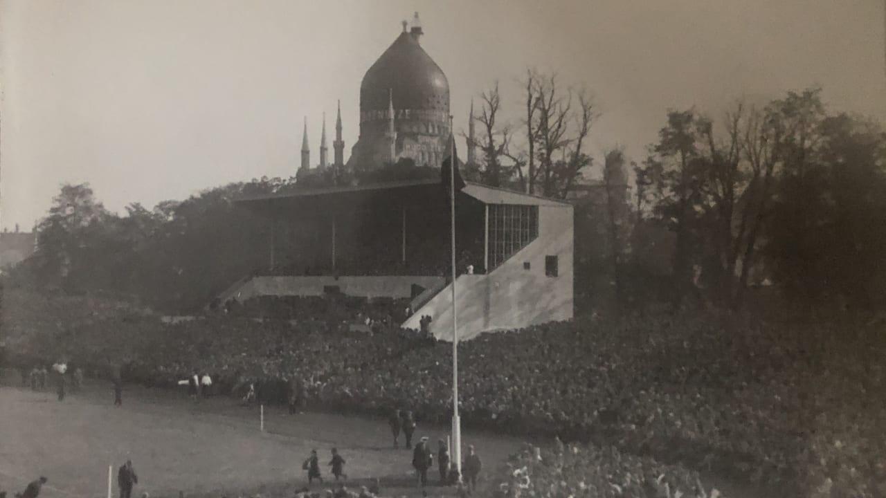 42000 Zuschauer drängten sich am 28. September 1930 im Stadion. Die Steintribüne steht noch heute