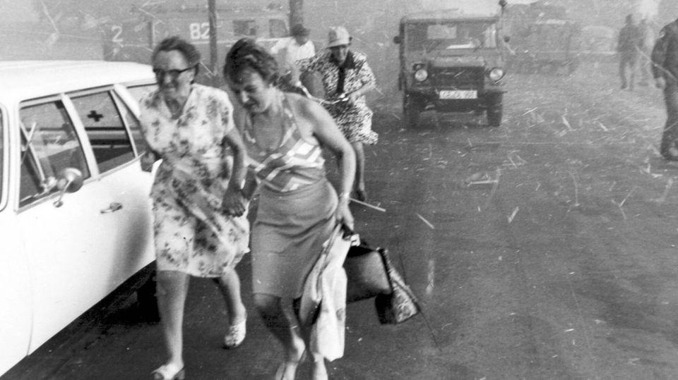 Anwohnerinnen im Landkreis Celle flüchten vor dem herannahenden Feuer