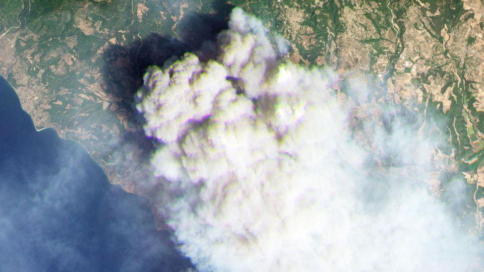 Ein Satellitenbild vom 4. August zeigt, wie heftig das Feuer auf Euböa brennt.