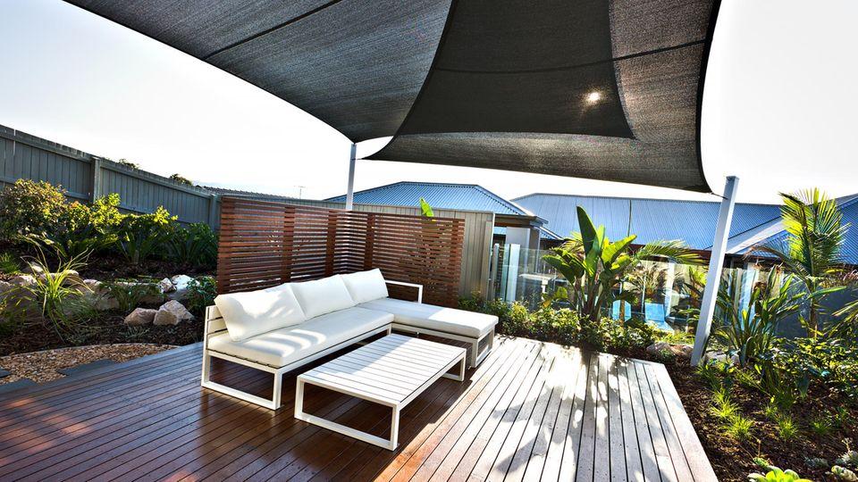 Eine Terrasse mit Windschutz-Elementen