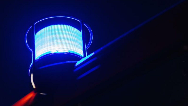 Das Blaulicht leuchtet auf dem Dach eines Feuerwehrfahrzeugs